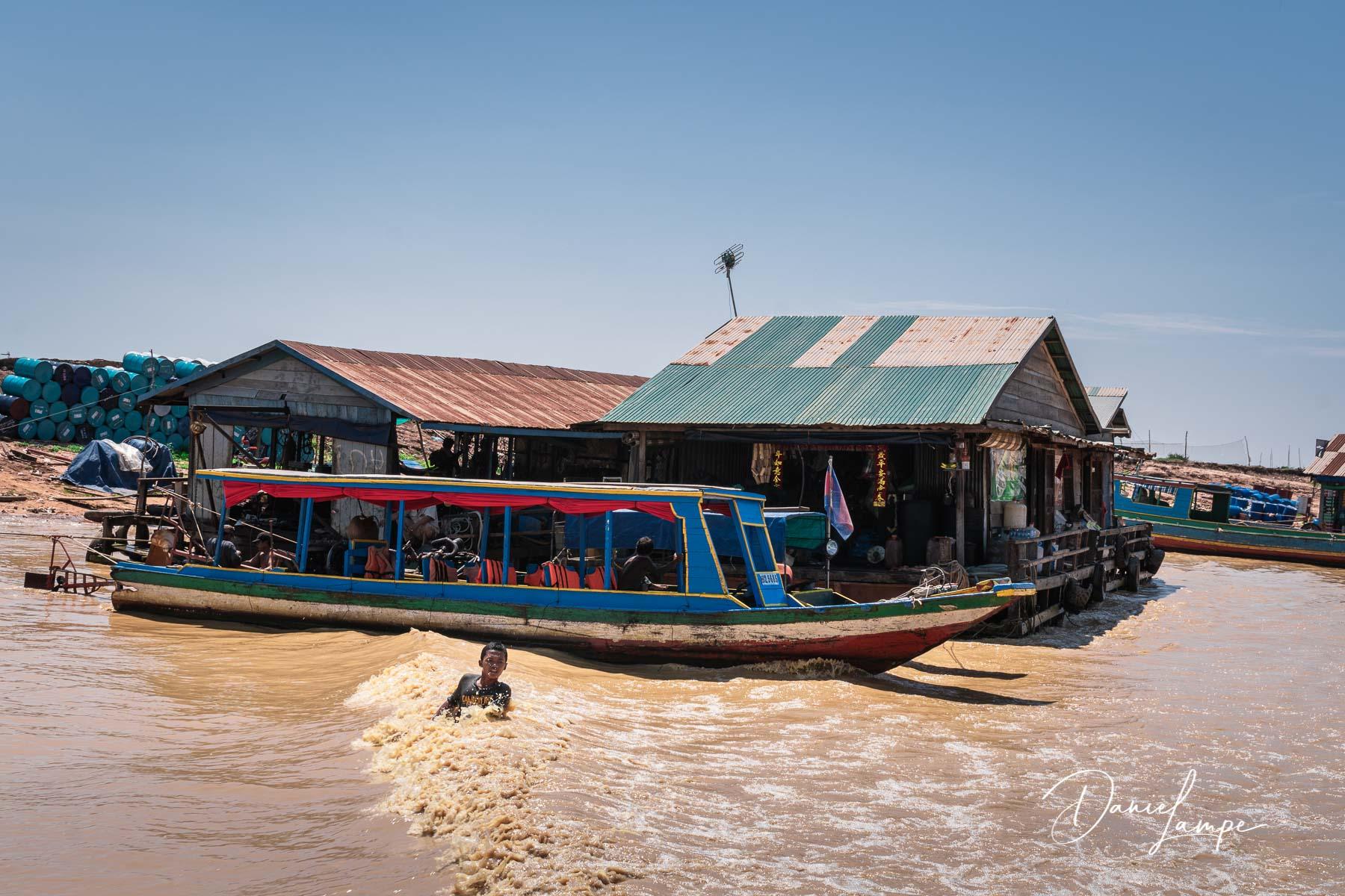Kambodscha, Siem Reap, Siem Reap River, schwimmendes Dorf, Bootsfahrt, Junge, Baden