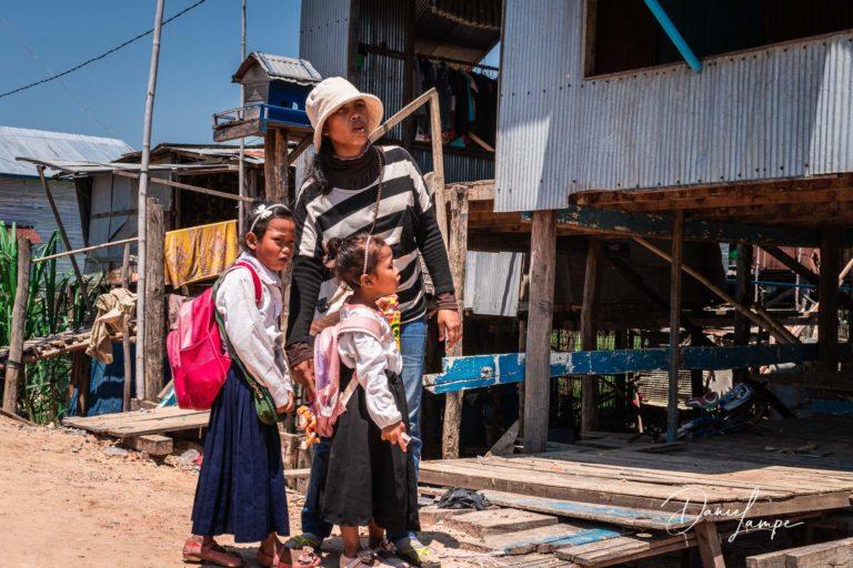 Kambodscha, Siem Reap, Siem Reap River, Schwemmland, Mutter, Schulkinder