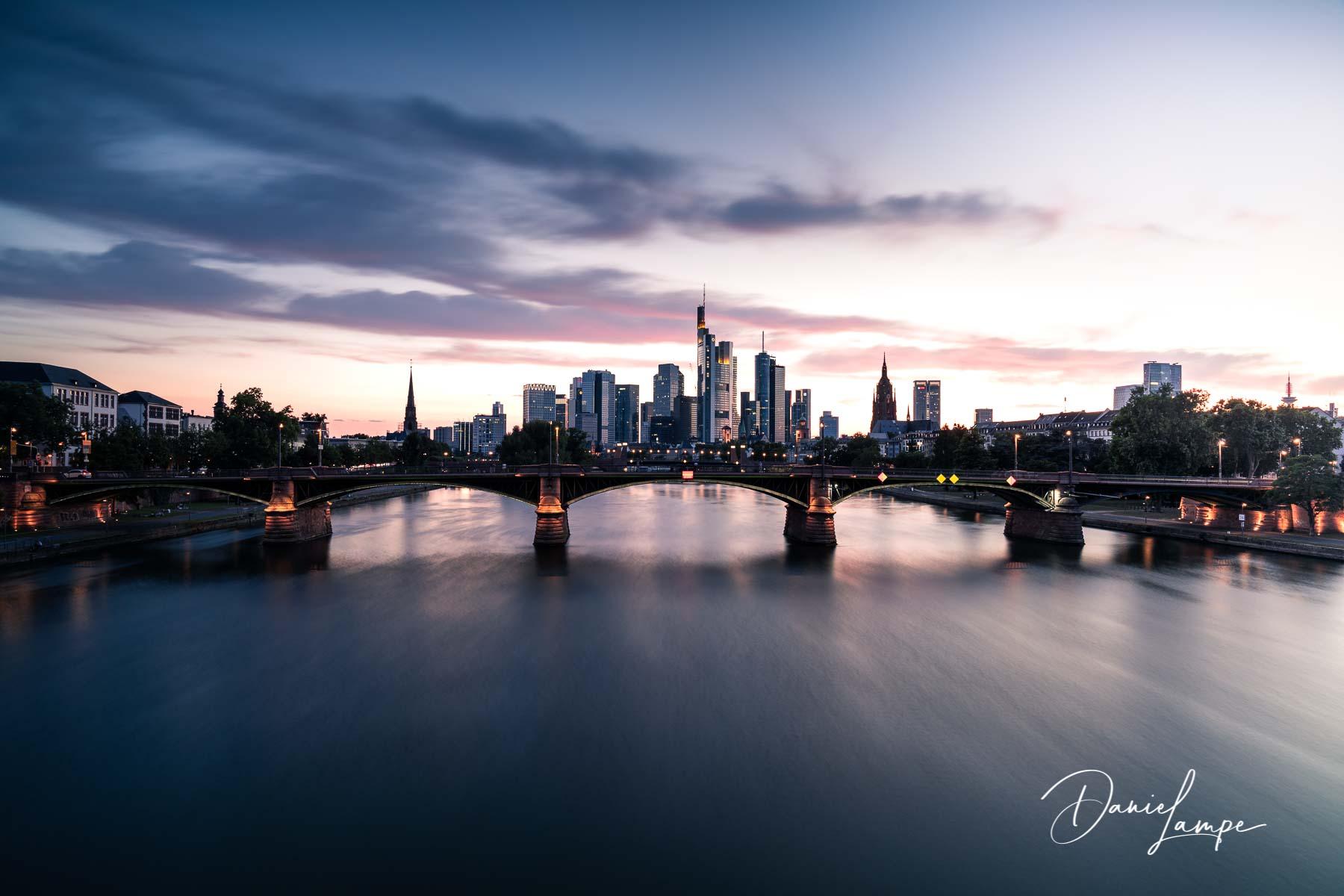 Deutschland, Frankfurt, Skyline, Sonnenuntergang, blaue Stunde, Hochhäuser, Ignatz-Bubis-Brücke, Brücke