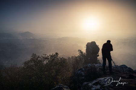 Deutschland, Rheinland-Pfalz, Wernersberger Geiersteine, Sonnenaufgang, Nebel, Fotograf