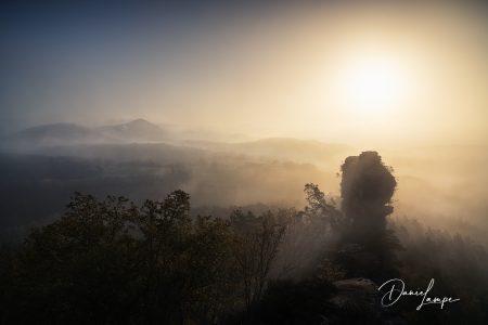 Deutschland, Rheinland-Pfalz, Wernersberger Geiersteine, Sonnenaufgang, Nebel, Felsen